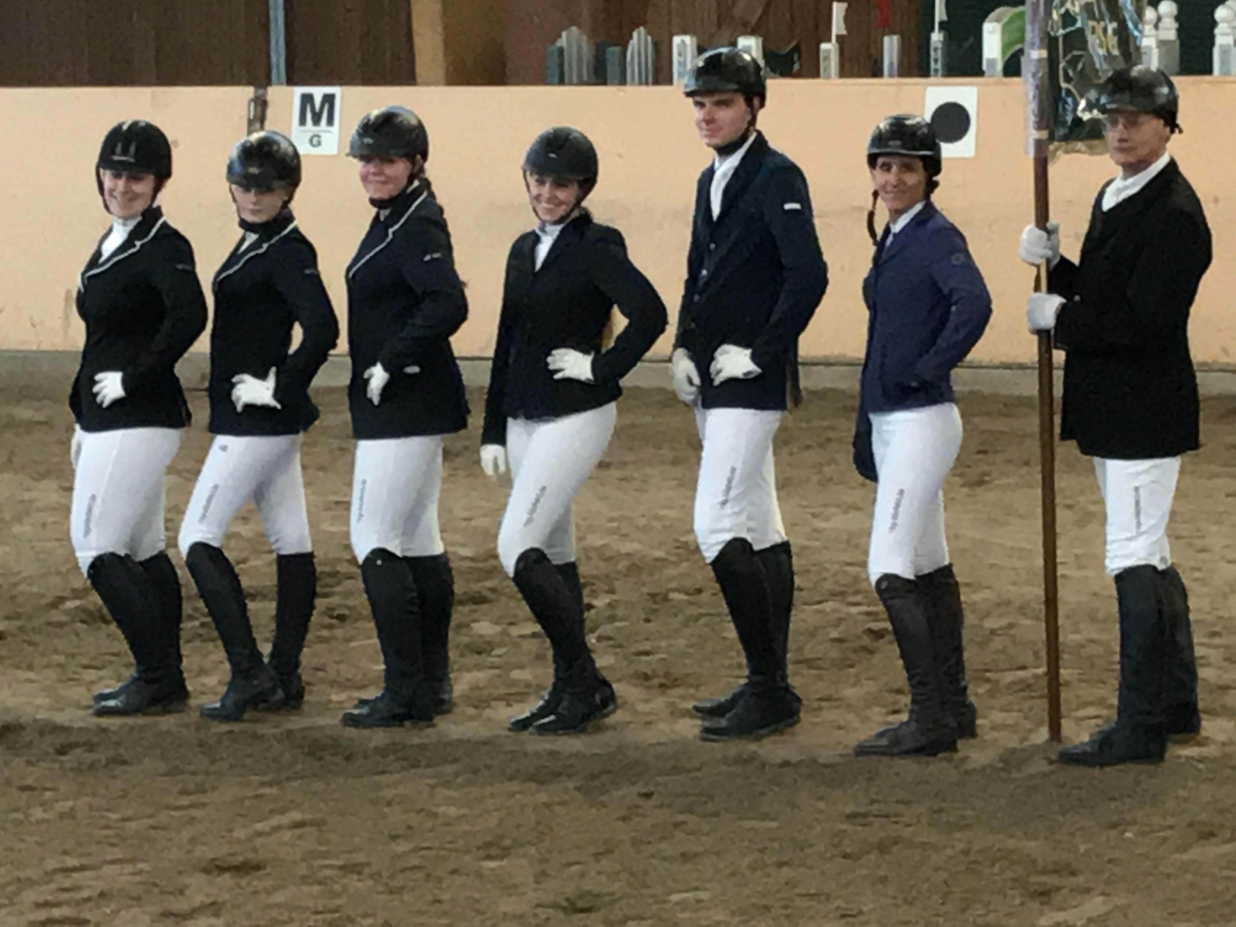 Unserer Reiter posen während der Siegerehrung für's Foto