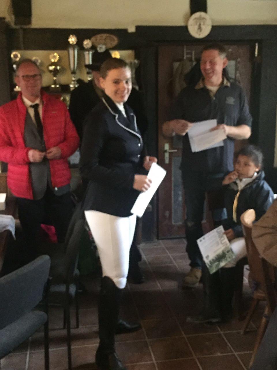 Ann-Kathrin Kipp absolviert erfolgreich ihre Reitabzeichenprüfung